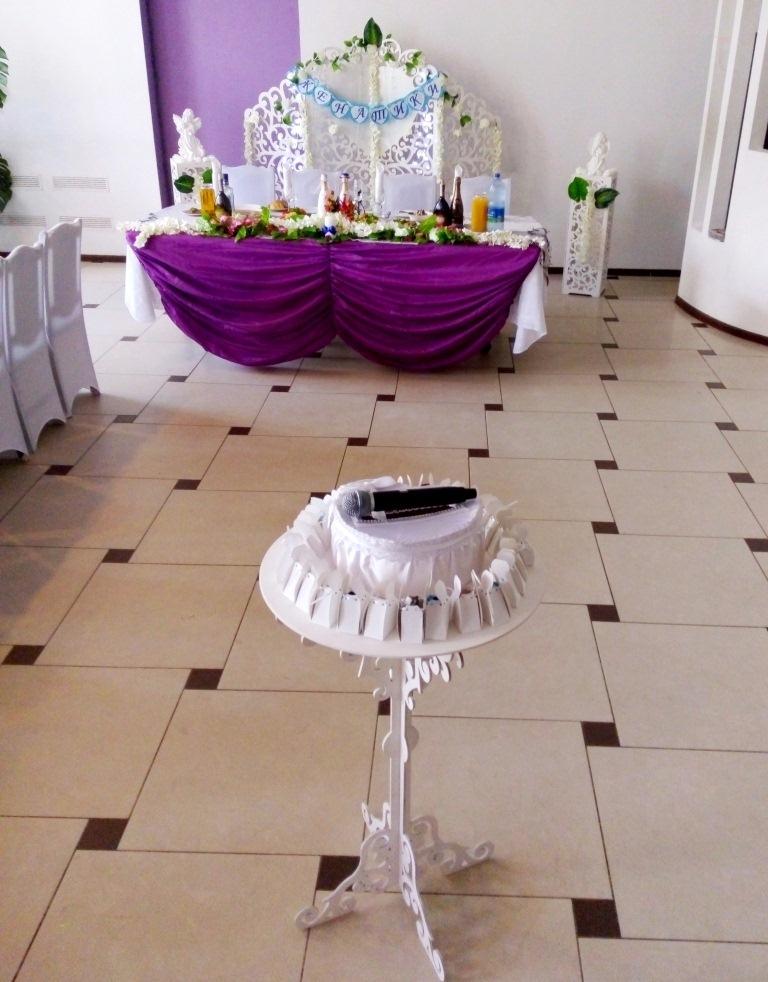 Оформление в фиолетовых цветах с украшениями для одаривания